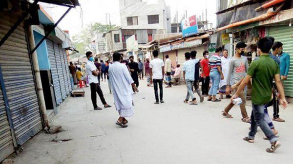 সিদ্ধিরগঞ্জে নির্দেশনা মানছেনা, কঠোর অবস্থানে আইনশৃঙ্খলা বাহিনী