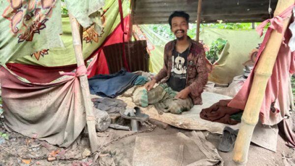 দশ বছর ধরে শিকল বন্দী বুদ্ধি প্রতিবন্ধী যুবক নজরুল