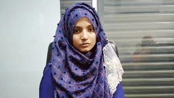 অর্থাভাবে কলেজ ছাত্রী আয়েশা এখন গার্মেন্টস কর্মী