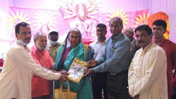 হিন্দু কল্যাণ সংস্থার উদ্যোগে পূজা উপলক্ষে বস্ত্র দান